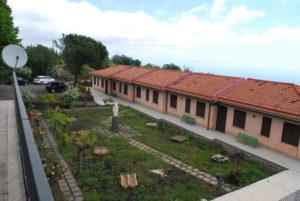 La foto mostra il cortile e la zona alloggi di vEyes Land