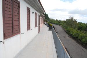 La foto mostra i balconi lato mare degli alloggi di vEyes Land