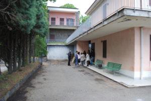 La foto mostra l'esterno del piano inferiore della struttura alloggi di vEyes Land