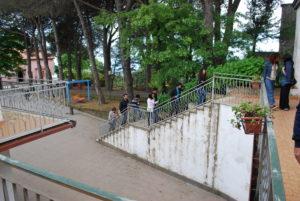 La foto mostra la scala che conduce ad una delle zone alloggi di vEyes Land